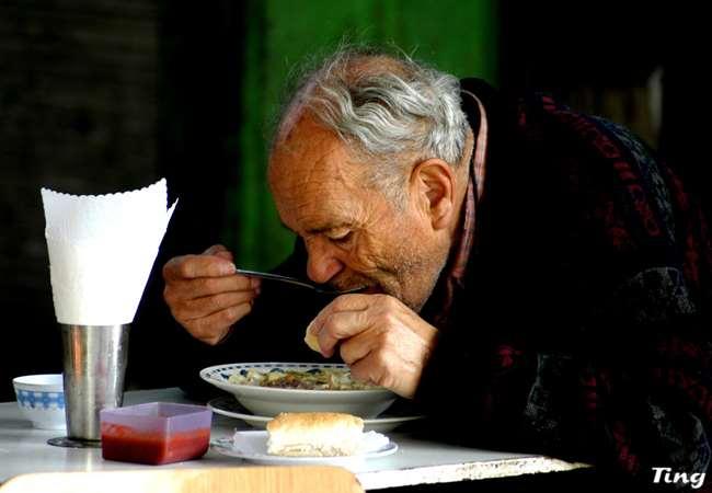 餐廳里老父親吃飯把衣服弄得髒兮兮,但他兒子的反應卻讓眾人都羞愧到說不出任何話!