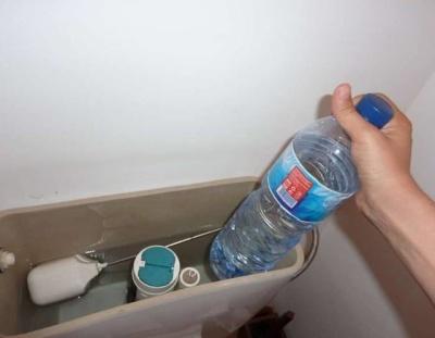 超神奇!他將這個東西放進「馬桶水箱」後,永遠都不用再刷馬桶!趕快試試看!