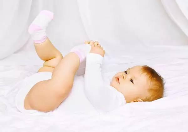 冬天寶寶手腳冰涼,捂再多的衣服也不如這個方法管用