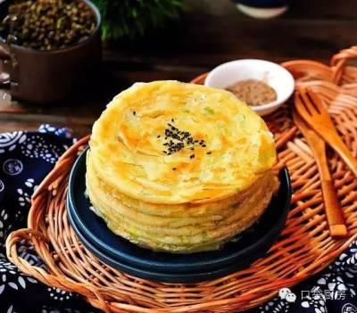 自己做的酥軟千層蔥油餅,跟店裡賣的一樣好吃!