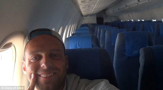 他買了經濟艙的機票還以為會很擠,沒想到「意外成為機上唯一乘客」的他待遇好到讓人太嫉妒了!