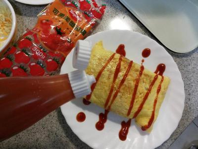 將二邊多出來的蛋皮摺入底部…淋上蕃茄醬就完成囉!