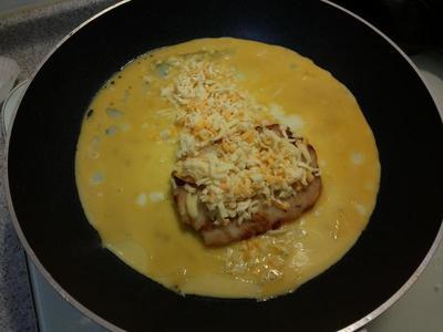 適量的油熱鍋倒…放上一片薯餅…中間舖上焗烤乳酪絲…