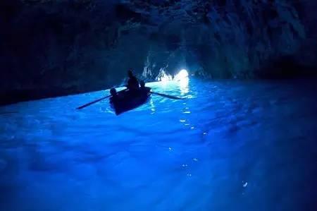 上帝打翻了調色盤,於是有了這片藍色的海