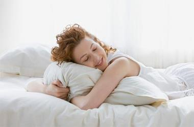 睡覺永不失眠,先在床上躺成這樣...三秒就睡死!這個方法我教過很多人,屢試不爽!就是愛分享~