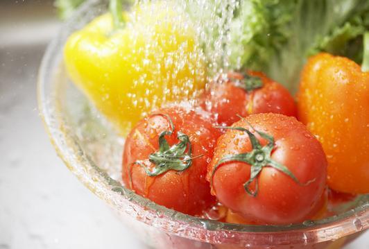 小心!「這樣洗」蔬果越洗越「毒」,90%的人都至少犯了其中一樣禁忌!
