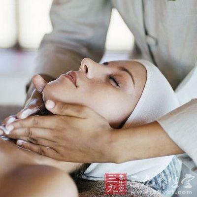 拿法主用是通過手指的力量對頸椎部位上的穴位進行按摩
