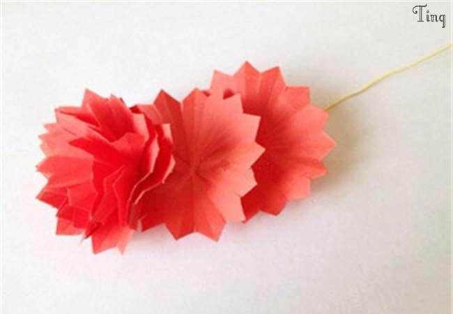 7,如下图所示,将细长方形纸条卷成筒状,将叶片也卷入其中,制作出花梗.