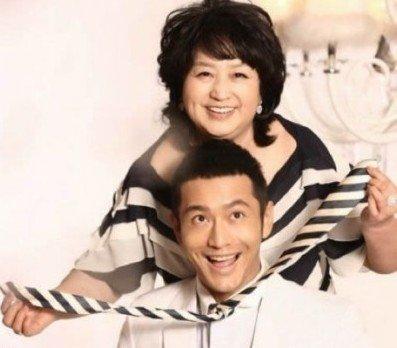 男星與媽媽同框,張傑一家長相雷同,王寶強的憨厚來自遺傳!