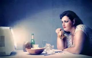 吃飯時做這12件事最傷身,你可能不止做了一件
