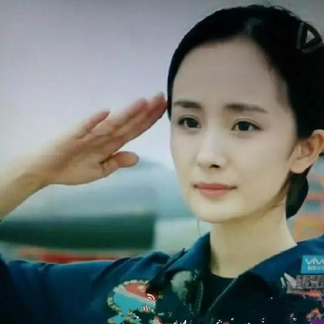 楊冪劉愷威女兒終於【長高了】!沒想到她現在居然變成這樣了...網友大讚:將來肯定是楊冪二號!