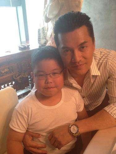 60歲呂良偉兒子近照曝光,賊眉鼠眼,可惜了父母的好基因