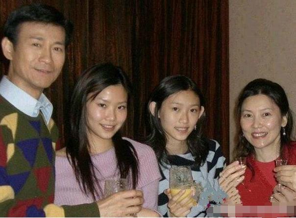 70歲鄭少秋一家近照曝光,曾拋棄妻子!最愛的趙雅芝卻嫁他人!