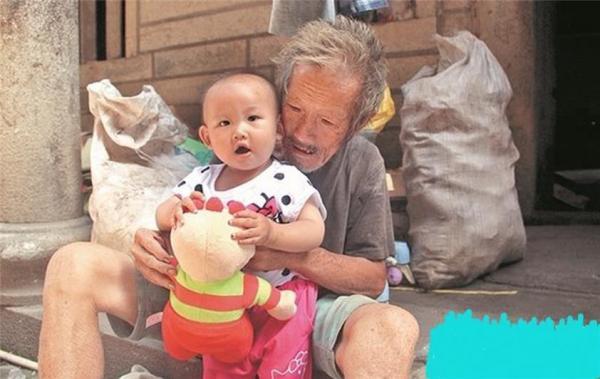 拾荒老人帶孫女散步 因衣衫襤褸被誤會拐賣兒童,背後的故事太感人了.(一場讓人心酸的誤會,因眾人的愛心,有了圓滿的結局。)
