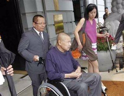 他曾包養過香港數十個知名女星,如今不到60卻病到走不了路!