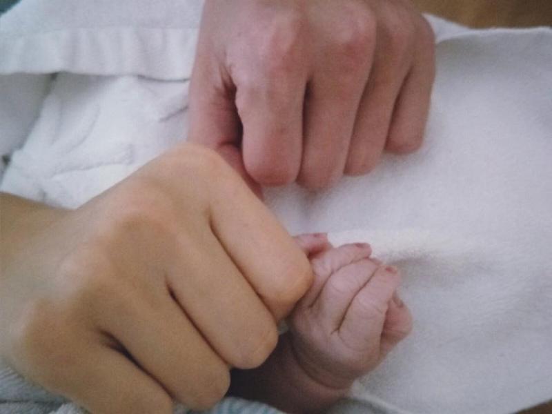 Ella水中分娩失敗只好用「這麼痛的方式」生下小勁寶,寶寶卻因為胎便嗆肺如今...一定要撐下去啊!