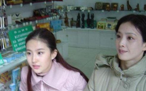 當紅女星媽媽大比拼,劉詩詩劉亦菲媽媽最優雅美麗,楊穎最像媽媽!