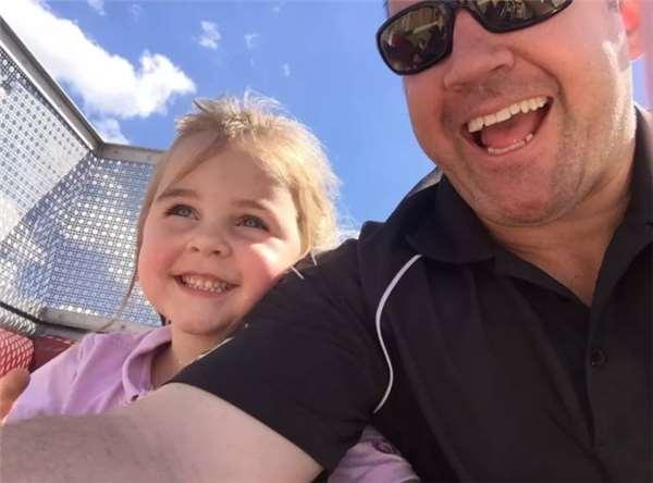 暖爸被通知小女兒在學校尿褲子,為了讓沮喪的女孩重展笑靨他選擇用這種幽默方式化解!