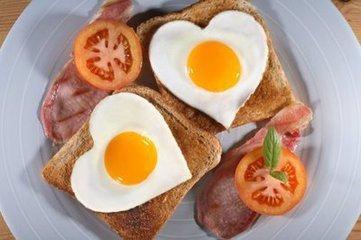 雞蛋內的蛋黃含有大量膽固醇,中老年人可不能亂吃!