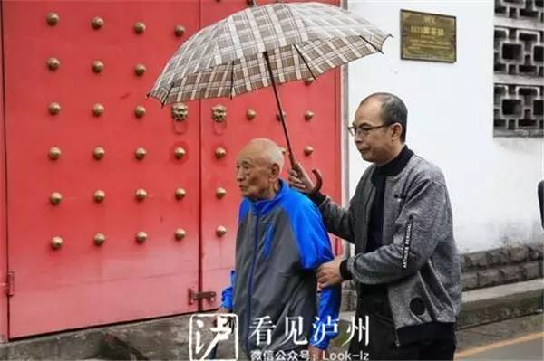 97歲台灣老兵竟靠「智慧型手機」成功回家! 睽違77年跪在父母墳前痛哭:「爸媽我回來了...」