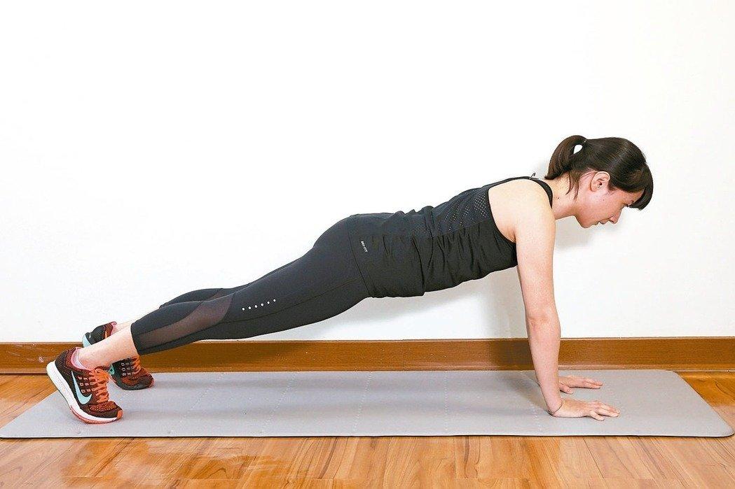 手掌撐地平板式效果:屬於核心肌肉訓練,訓練整個腹部肌肉。 準備:做出跪姿動...