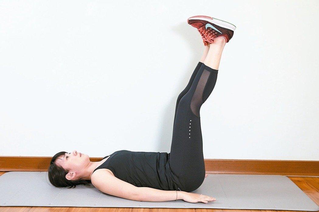 仰臥動態抬腳效果:訓練腹部前側腹直肌。 準備:腰貼地躺平於地面,屈膝腳踩地...