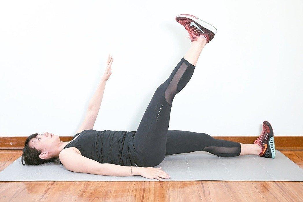 訓練腹內外斜肌準備:腰貼地躺平於地面。 1.右手或左手逐漸往上伸直,高舉在...