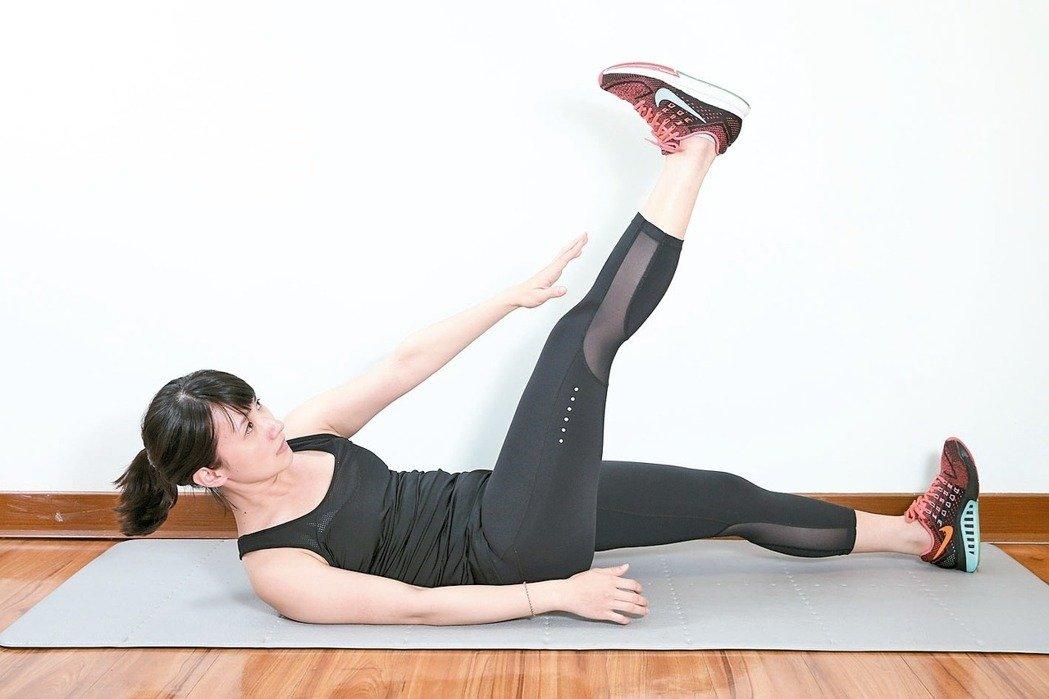 訓練腹內外斜肌準備:腰貼地躺平於地面。 2.運用小腹力量,身體斜嚮往上捲,...