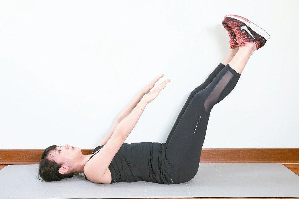 訓練腹部前側腹直肌準備:腰貼地躺平於地面,屈膝腳踩地,掌心貼地於身側。 1...