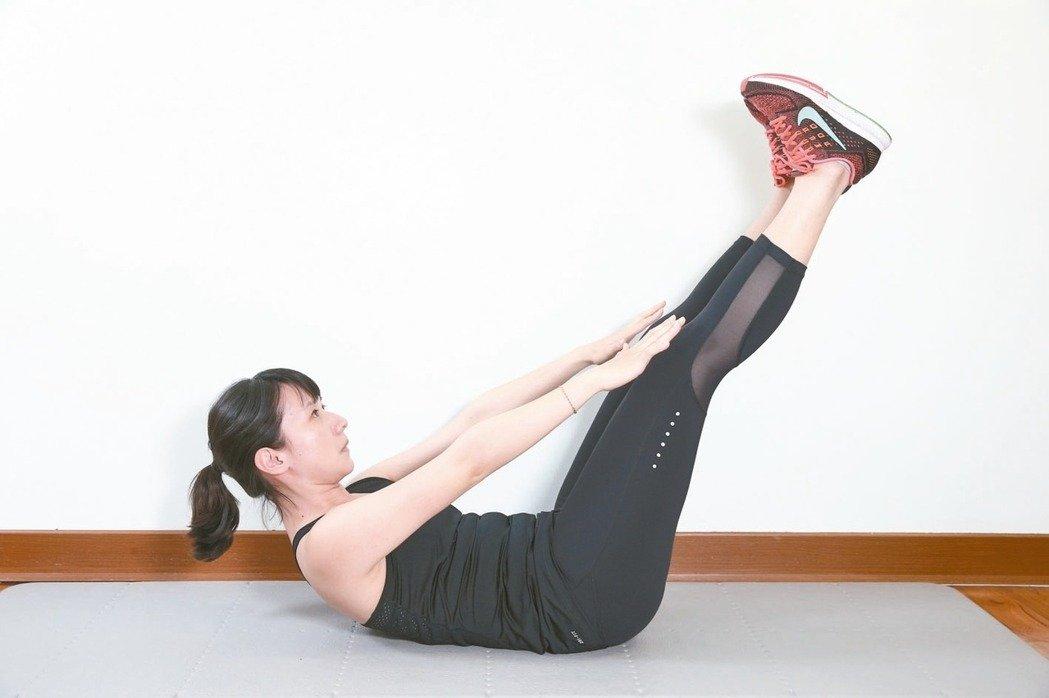 訓練腹部前側腹直肌準備:腰貼地躺平於地面,屈膝腳踩地,掌心貼地於身側。 2...