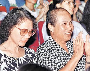劉嘉玲父親去世,梁朝偉準女婿身份出席,這一摟看出梁朝偉多愛她