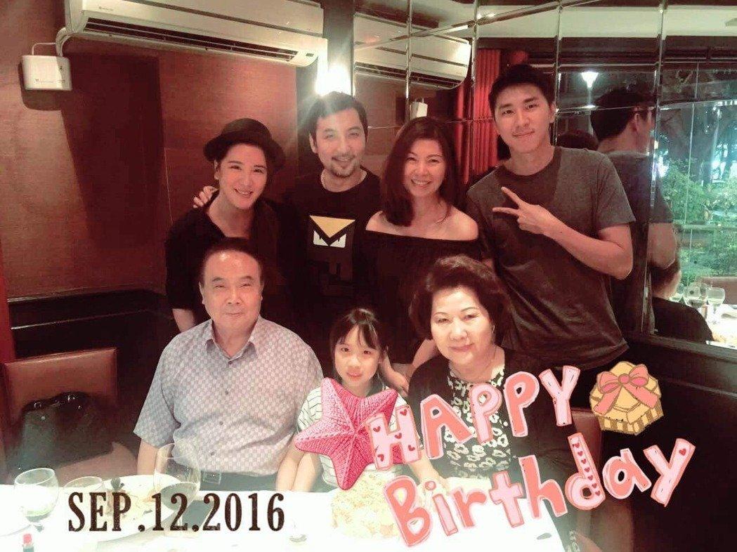 小禎(後排左起)和李進良、媽媽秀秀及弟弟安安,和李進良爸媽(前排)一起為女兒Em...