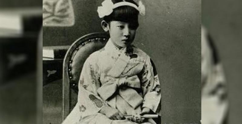 她6歲被送給別人養,17歲被養父玷汙,最後竟成為撼動中日兩國的「東方魔女」世紀妖姬!