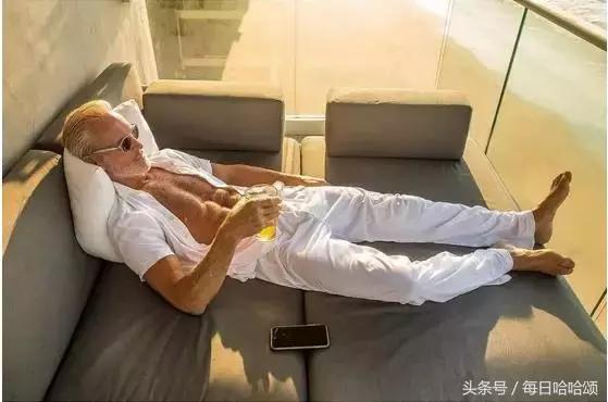 60歲有顏有肉又有錢的老大爺,活成了所有男人夢想的樣子!