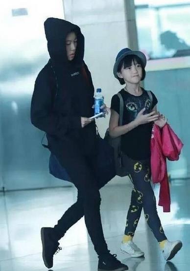 11歲李嫣近照曝光,著裝知性成熟像極了王菲,支持媽媽的愛情?