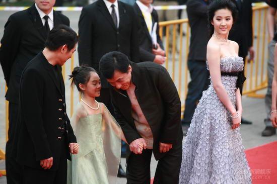 李連杰女兒,7歲給劉德華伴舞,8歲跟成龍走紅毯,16歲成這樣