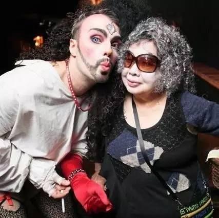 丈夫去世後,82歲的她塗紅唇、戴假髮,成為了夜店女王!