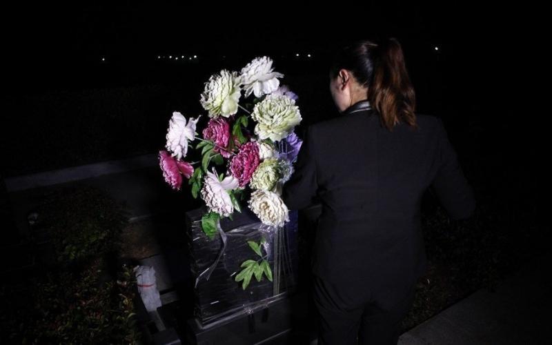 連男生都不敢做的工作!直擊年輕女性守墓人的日常:半夜裡曾聽到唱戲聲.