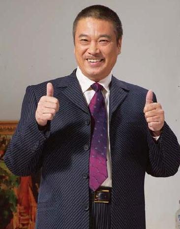 64歲的吳孟達,為三妻五子拚老命拍戲,第三嬌妻最爭氣,最漂亮 !