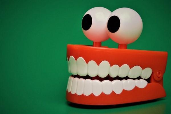 為什麼晚上睡覺「會磨牙」?90%的人都全搞錯了!沒想到竟然是…太可怕了!