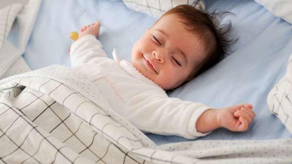 為什麼寶寶睡覺時,喜歡高舉雙手「投降」?連原因也這麼可愛……