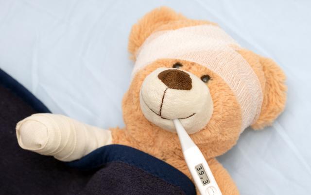 孩子發燒,到底是用毛巾熱敷還是冷敷?父母用對方法,孩子好得才快