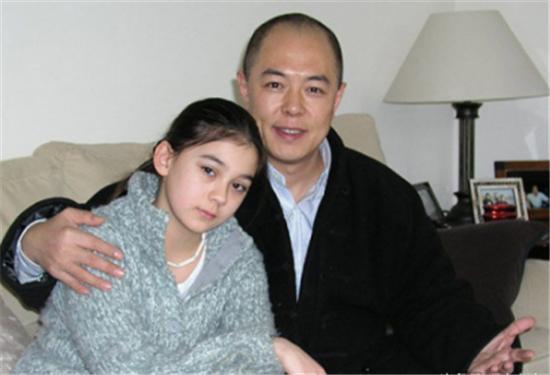 59歲的「皇阿瑪」張鐵林和女兒張月亮近照曝光,網友:混血兒就是不一樣!