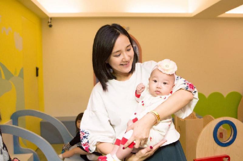40歲何妤玟高齡連生兩女堅持「要為老公拚兒子」!沒想到「公公一通電話」卻讓她泣不成聲….
