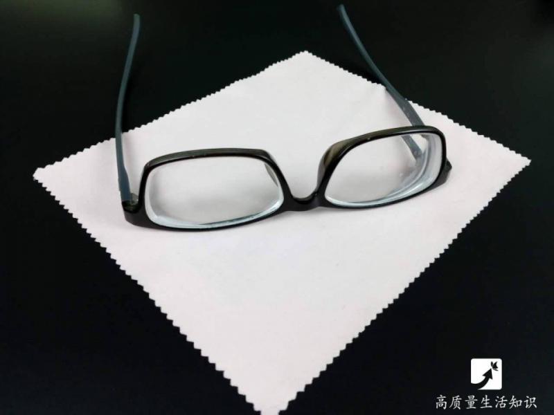 99 %的人都做錯!眼鏡布竟然不是擦鏡片的?!它真正功能其實是...