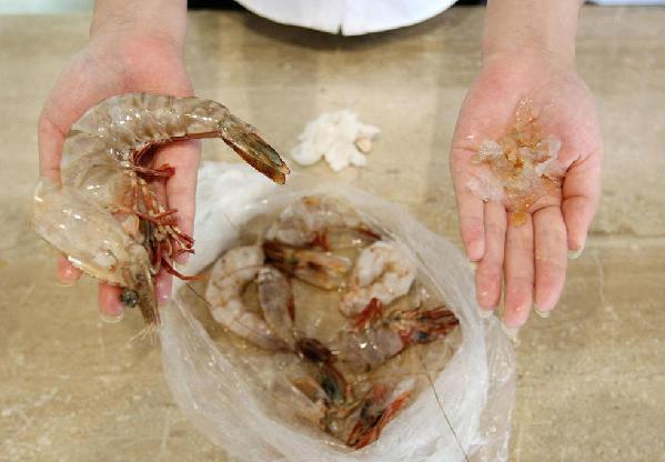 她從市場買回一袋蝦子,回家後發現蝦頭實在巨大的太詭異了!剝開蝦頭一看,裡面竟然是『這個東西』!愛吃蝦的人真的要注意了!