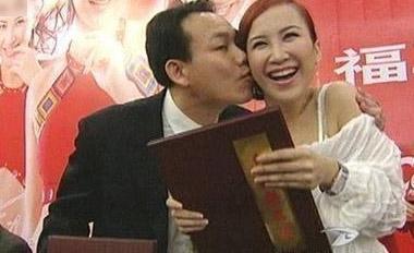 女星被吃豆腐尷尬瞬間!那英嚇到臉都呆了,李玟被富商拚命吻,一個活動就吻了6次!楊冪驚慌失措,但她卻全淡定!