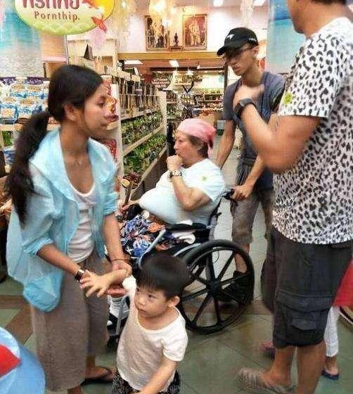 65歲洪金寶泰國近照,行動不便坐輪椅肚腩豪華,網友:高明的鎖匠,他開了金鎖 !