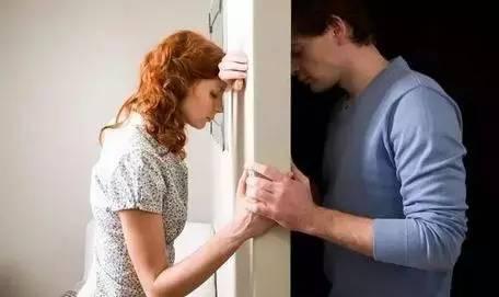 一對夫妻辦離婚,妻子把協議書撕了冷笑:「你欠我7萬!不離!」2年後,丈夫把錢交給她,結果...