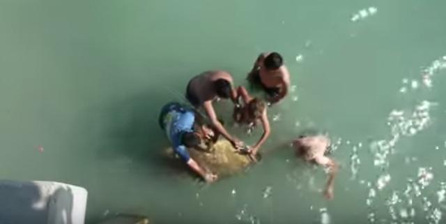 男子海釣感覺有東西重的快扯斷魚竿,最後被拉上來的東西嚇了一跳!!!